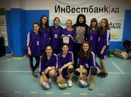Отборът по волейбол девойки (8.-10. клас) е областен първенец